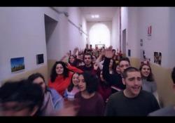 Stop al fumo: video con flashmob di cento studenti a scuola Su YouTube l'iniziativa del Centro nazionale Dipendenze e Doping per sensibilizzare i giovani sui danni causati da sigarette e tabacco. Protagonista il «Coro che non c'è» - Corriere Tv