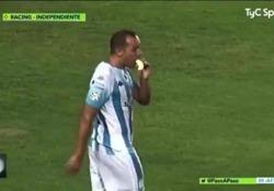 Tira una punizione mentre mangia una banana  Il gesto del 33enne attaccante cileno Marcelo Díaz nel match in Argentina tra Racing Avellaneda e Independiente - Dalla Rete