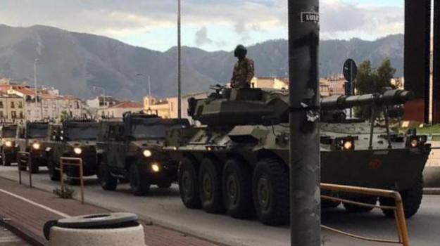 Carri armati dell'esercito in strada scatenano il panico a Palermo ed è subito panico sui social