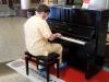 Coronavirus, un medico suona i Queen dopo il turno: il video che ha commosso il web