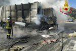 A fuoco un camion della nettezza urbana a Messina, salvo l'autista