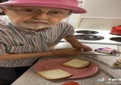 Anziani star dei social: un panino preparato dal vecchio Steve  con contenuti ironici e sorprendenti,ricchi della saggezza tipica dei nonni, senza quell'irritante retorica paternalista che allontana immediatamente l'attenzione dei ragazzi. - Corriere Tv