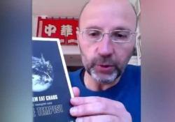 Coronavirus: il libro consigliato da Mauro Covacich per questi giorni da passare in casa «Let Them Eat Caos/Che mangino caos»: l'opera in versi della poetessa e rapper inglese Kate Tempest è il suggerimento dello scrittore. «Racconta quello che sta succedendo a noi, ma al contrario»  - Corrier...