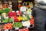 Comiso, chiuso un negozio di frutta abusivo: vigile urbano aggredito dai titolari
