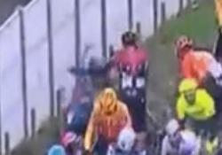 Gianni Moscon perde le staffe: lancia la bici contro un altro ciclista. Squalificato Moscon squalificato a 50 km dall'arrivo - CorriereTV