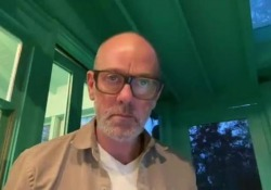 «No Time for Love Like Now», il nuovo brano di Michael Stipe L'ex cantante dei R.e.m. torna con una canzone contro il Coronavirus  - Corriere Tv
