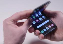 """Samsung Galaxy Z Flip, recensione video: il pieghevole fa centro Sottile, compatto e anche funzionale. Prezzo a parte (1.520 euro) , è il """"foldable phone"""" più riuscito finora immesso sul mercato  - CorriereTV"""