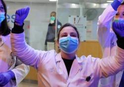 Spagna: i medici applaudono il primo paziente  che lascia la terapia intensiva «Gesti come questo ci fanno sperare che possiamo fermare il virus insieme» ha scritto il governo valenciano   su Twitter - Dalla Rete