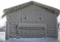 Usa: le case sul lago ricoperte di ghiaccio sembrano uscite da Frozen Le onde, il vento, il gelo e la neve hanno trasformato le abitazioni sul Lago Erie in degli igloo - CorriereTV