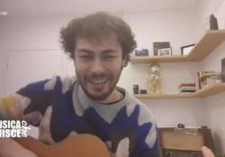 Coronavirus, Riccardo dei Pinguini Tattici Nucleari canta per Bergamo : «La dedichiamo alla nostra città che soffre» Il cantante ha partecipato da casa all'evento benefico «Musica che unisce» - Ansa