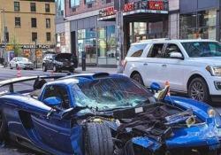 Distrugge la sua costosissima Porsche nelle strade (vuote) di New York E poi riparte a tutto gas come se nulla fosse successo - CorriereTV