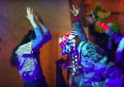 Dopo l'emergenza, l'interazione umana potrebbe ripartire  dalle scale del condominio Un futuro fatto di interazioni, di incontri e di condivisioni umane: il video musicale del gruppo altoatesino «Jemm Music Project» - CorriereTV