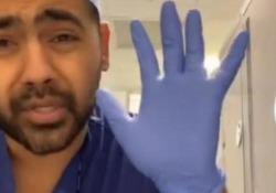 Il dottore inglese spiega perché è inutile indossare i guanti al supermercato Il medico dell'NHS spiega su TikTok che è meglio lavarsi più spesso le mani - Dalla Rete