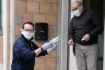 II sindaco Bancheri mentre consegna mascherine