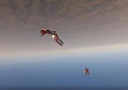 Un paracadutista viene messo ko durante il lancio: lo salva il compagno Un gruppo di amici in Texas si lancia con il paracadute ma qualcosa va storto - CorriereTV