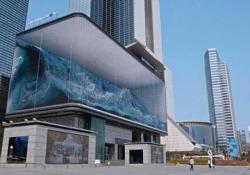 L'enorme acquario con le onde del mare: la spettacolare illusione ottica in Corea Progettato da District, la vasca sopraelevata è un anamorfismo - CorriereTV