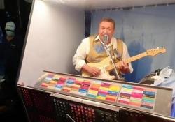 L'uomo juke box, musica live ai tempi del covid Musicista crea «scatola sonora» per mini concerti «protetti» - Ansa