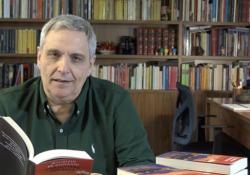 «Mi sono affezionato a nuovi personaggi» Maurizio de Giovanni legge un brano dal nuovo romanzo «Una lettera per Sara» (Rizzoli), in libreria il 19 maggio  - Corriere Tv