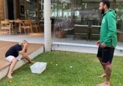 Neymar e lo scherzo dell'uovo al figlio Oltre allo spogliatoio, Neymar non risparmia scherzi anche a casa - CorriereTV
