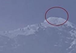 Quanto misura? L'arrivo della spedizione cinese sulla vetta dell'Everest La spedizione scientifica cercherà di scoprire se la cima più alta del mondo è alta ancora 8.848 metri - CorriereTV