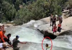 Vuole attraversare il fiume ma rimane bloccato nella corrente Il video del salvataggio dal Parco nazionale di Yosemite, in California - CorriereTV