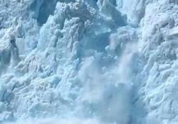 Alaska: turisti filmano il momento in cui un ghiacciaio si sgretola E provoca un mini-tsunami nell'acqua - CorriereTV