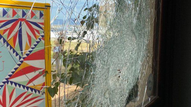 Furto e vetrine spaccate nel locale di Natale Giunta a Palermo, presi quattro giovani: traditi dalle collane da rapper