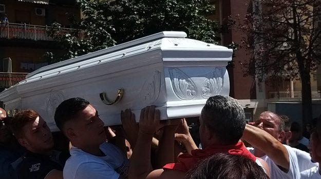 Il popolo della Noce attorno alla bara bianca: lungo corteo per i funerali di Agostino