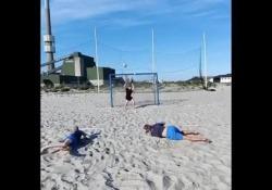 Futsal, i «gemelli Derrick» della rovesciata Sembrano usciti da un cartone animato: Brian Mengel e Ole William sono due calciatori di futsal che hanno tentato un numero molto particolare - Dalla Rete