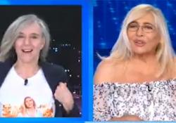 Giovanna Botteri indossa la maglietta con la foto di Mara Venier: «Dicono che vesto sempre uguale e invece no» Il simpatico omaggio della giornalista alla conduttrice in diretta su Rai1 - Ansa