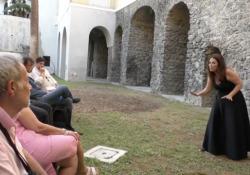Il teatro a Napoli riparte con «Racconti per ricominciare» La città teatrale per antonomasia apre alcuni luoghi simbolo a percorsi di rappresentazione - Corriere Tv