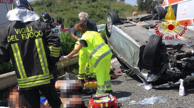 Incidente sulla Catania-Messina, auto finisce nell'altra carreggiata: 5 feriti