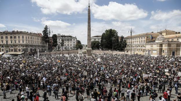 Floyd, la protesta arriva anche a Roma: migliaia di giovani sfilano contro il razzismo