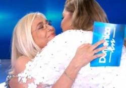 Romina Power in lacrime: «Dovevo morire io al posto di mia sorella Taryn» e Mara Venier la abbraccia La conduttrice infrange le regole di distanziamento per confortare la cantante - Ansa