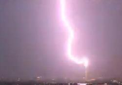 Un fulmine centra il Monumento di Washington: il video Il breve filmato ripreso durante un temporale sulla capitale Usa - CorriereTV