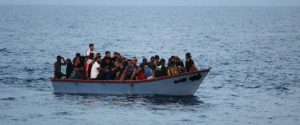 Migranti, soccorso un altro barchino a largo di Lampedusa e l'hotspot scoppia