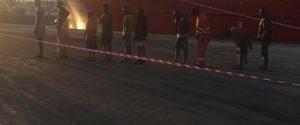 I migranti scendono dal mercantile e vengono sottoposti a tampone a Pozzallo