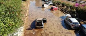 Le auto travolte dal fango in viale Regione