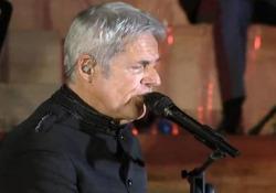Baglioni si esibisce al concerto della polizia per le vittime del coronavirus Conte e Lamorgese alla cerimonia «Grazie a nomi di tutti» - Ansa
