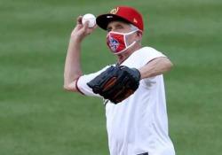 Baseball: il lancio inaugurale di Anthony Fauci è un disastro Il famoso immunologo americano ha inaugurato la nuova stagione lanciando la prima palla per i Washington Nationals (e indossando la mascherina) - CorriereTV