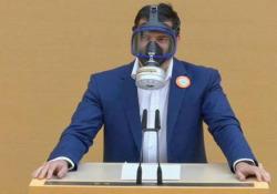 Baviera: il politico di estrema destra con la maschera antigas in parlamento La sceneggiata di Stefan Löw dell'AfD - CorriereTV