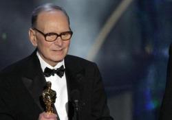 Ennio Morricone riceve il premio Oscar e si commuove Il maestro premiato nel 2007 per i 50 anni di carriera  - Corriere Tv