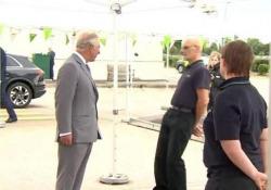 Il dipendente del supermarket collassa davanti al principe Carlo L'erede al trono era in visita con la consorte ad un centro di distribuzione Asda - CorriereTV