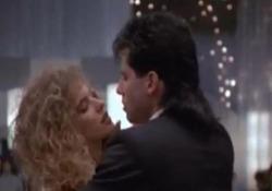 Kelly Preston e John Travolta, la scena del ballo in «Gli esperti americani»: sul set del film è nato il loro amore I due attori si sono conosciuti durante le riprese del film del 1988 - Corriere Tv