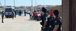 Uno sbarco dopo l'altro a Lampedusa: arrivano anche migranti con valigie e un barboncino, scoppia la protesta