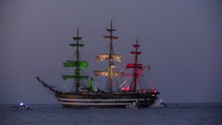 La nave scuola della Marina Militare ha salutato così Palermo
