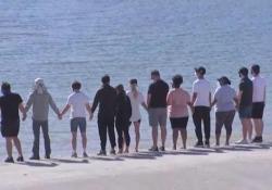 Naya Rivera, il cast di «Glee» rende omaggio all'attrice morta per salvare il figlio  Alcuni membri del cast si sono presi per mano sulla riva del lago Piru - Ansa