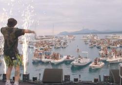 Sardegna, la musica dal vivo riparte dal mare: grande successo per Salmo e Ghali su un palco galleggiante  Quasi 200 imbarcazioni e un migliaio di spettatori per il Concerto evento nella baia di Arbatax - Corriere Tv