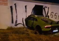 La Lamborghini Huracàn finisce attraverso il muro di un edificio A quanto pare il pilota l'aveva presa in prestito da un amico per fare un giro - CorriereTV