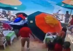 Messico, la moto d'acqua fuori controllo piomba sul ristorante: un morto e due feriti È successo in un beach club a Cabo San Lucas, in Messico - CorriereTV